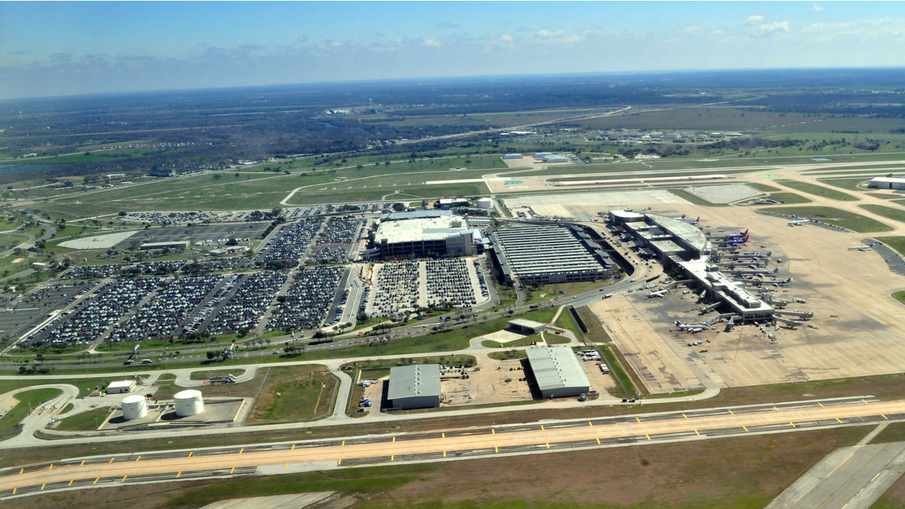 Flash Floods In Houston Force Airport Closures