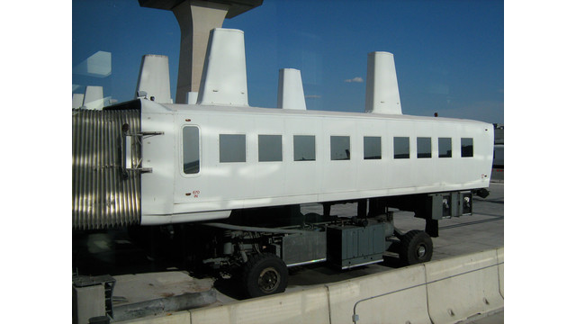 Mobile_lounge_Washington_Dulles_Airport_2010.jpg