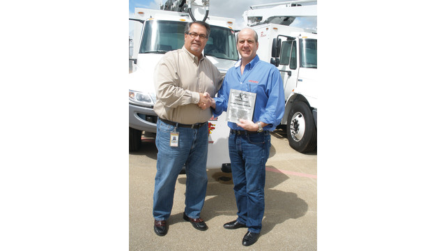Larry-Laney-SWA-congratulates-Jerry-Derusha-for-award-winning-service.psd
