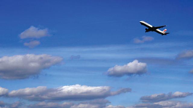 british-airways-taking-off_10723383.psd